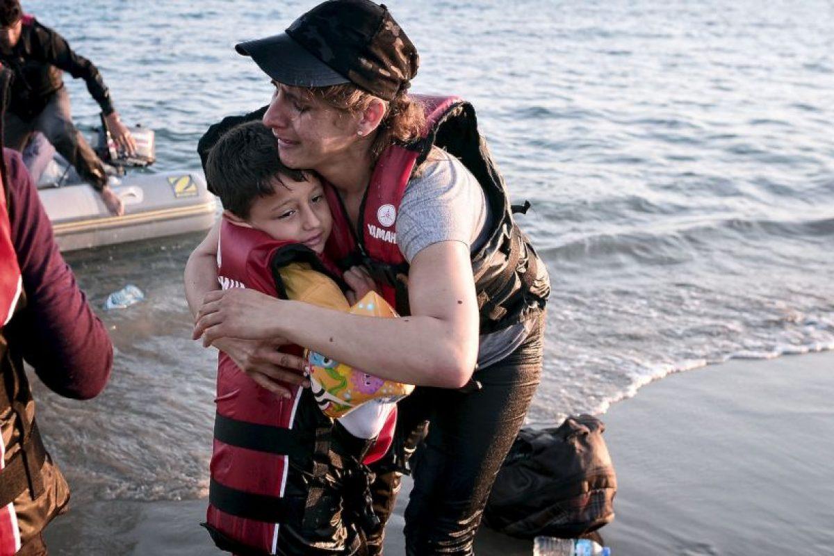 Migrante abraza a su hijo al llegar a las costas de Grecia. Foto:AFP. Imagen Por:
