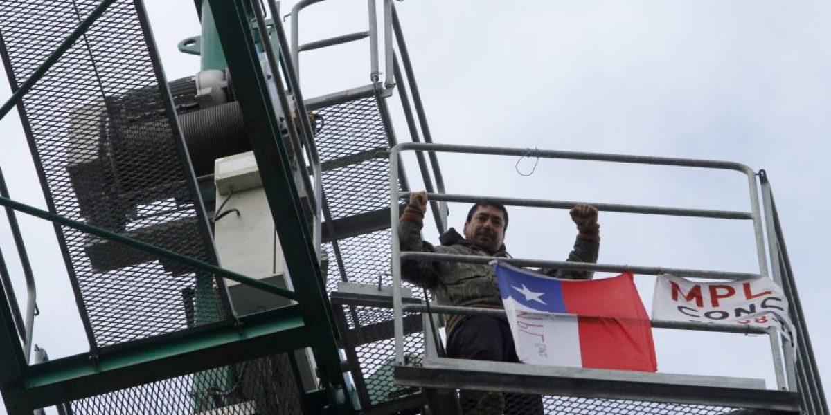 Protesta sobre grúa en pleno centro de Concepción deja cuatro detenidos