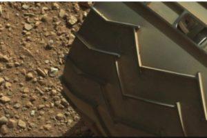 """El """"dedo"""" está en la parte superior izquierda de la imagen Foto:Fotografía original en http://mars.jpl.nasa.gov/msl-raw-images/msss/00003/mcam/0003ML0000125000E1_DXXX.jpg. Imagen Por:"""