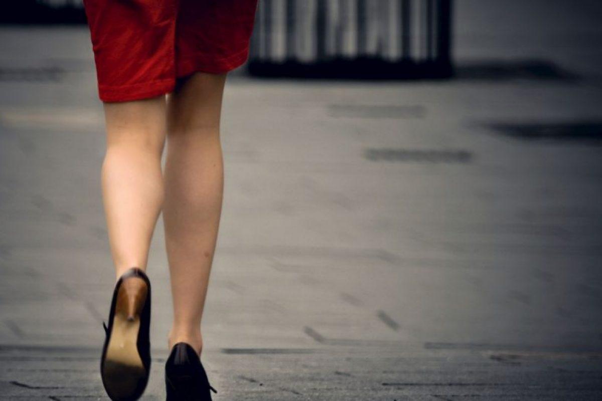 Los resultados mostraron que las mujeres a dieta comían cinco veces más chocolate en la prueba de sabor si comieron la barra inicial de cereales mientras estaban caminando. Foto:Getty Images. Imagen Por: