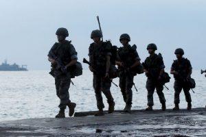"""La """"batalla"""" entre ambos países arrancó a principios de este mes cuando dos soldados surcoreanos resultaron heridos por la explosión de minas, de las que se acuso como responsable a Corea del Norte. Foto:AFP. Imagen Por:"""