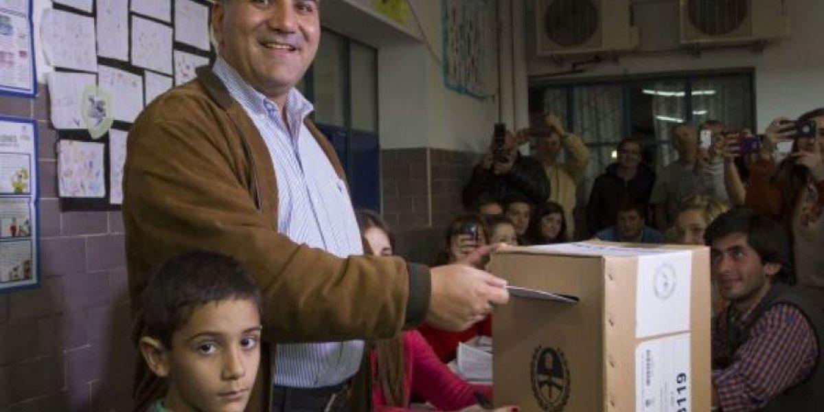Kirchnerismo arrasa en elección de gobernador entre denuncias de irregularidades