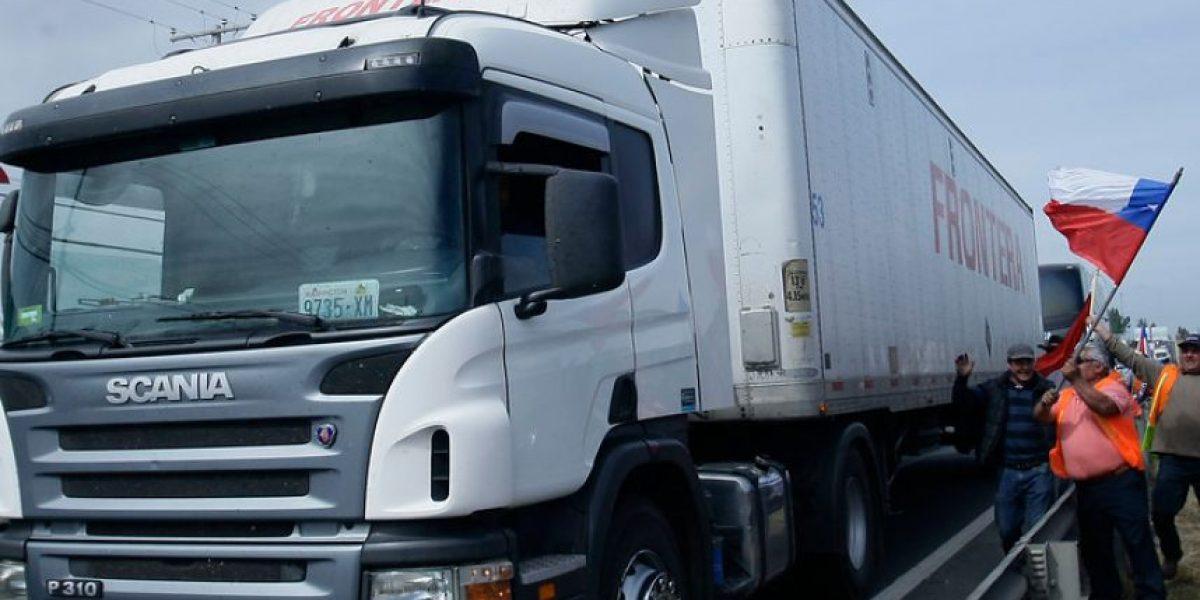 Camioneros inician marcha de protesta en el sur hacia La Moneda