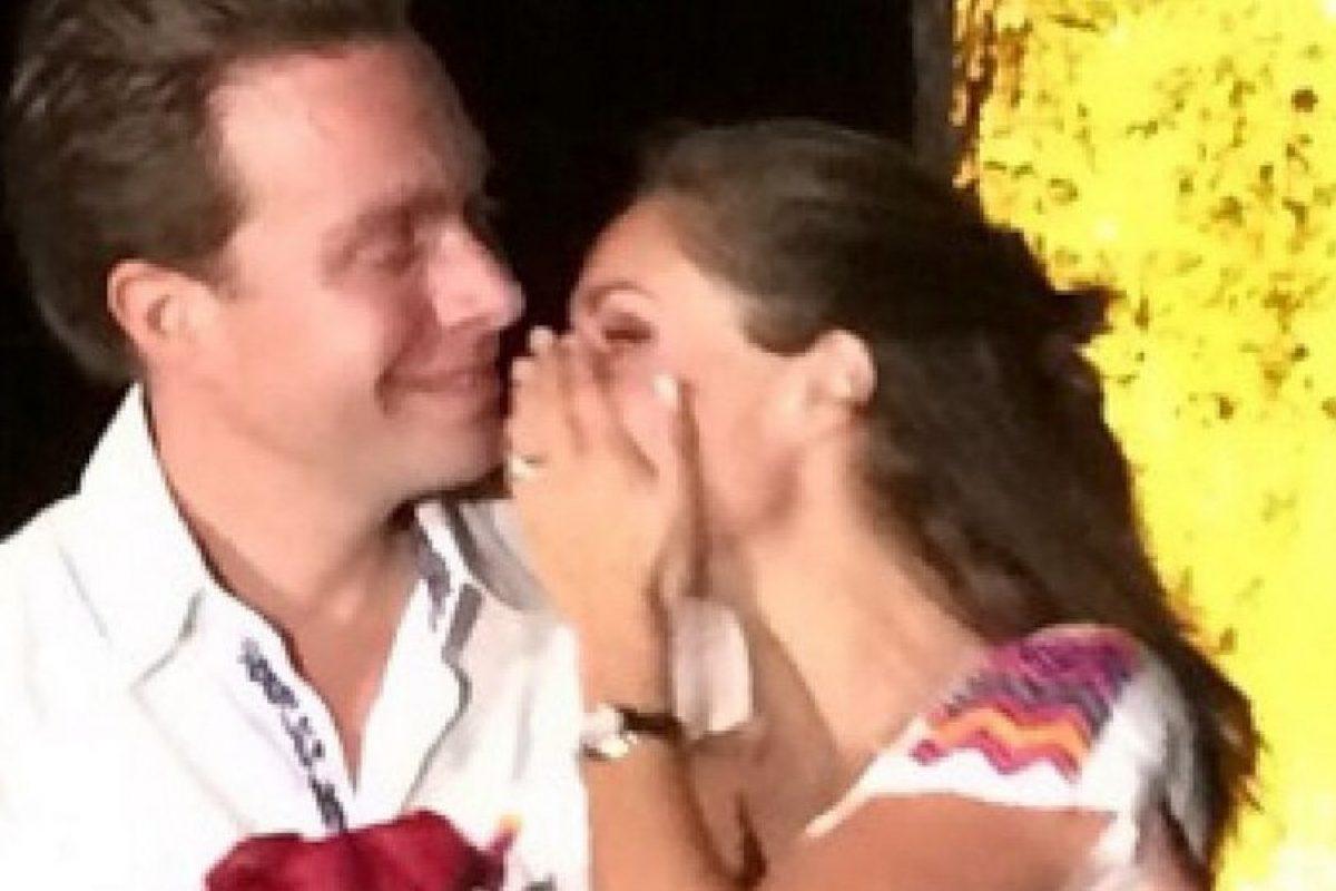 """""""Hemos compartido tantas cosas…hoy les comparto el momento más feliz de mi vida. Estamos comprometidos"""" Foto:Vía instagram.com/anahiofficial/. Imagen Por:"""