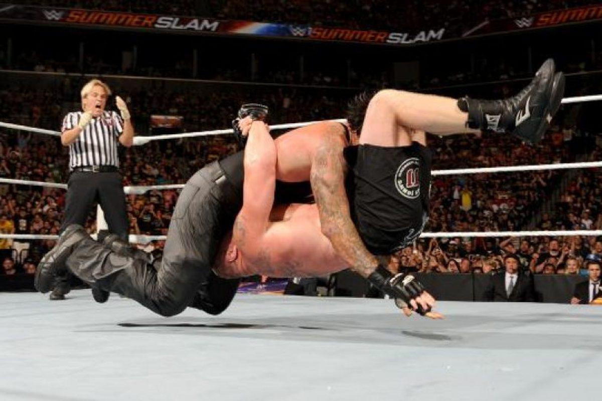 """La pelea no se salvó de la polémica, pues aunque """"el enterrador"""" sometió a Lesnar con su """"Hell's Gate"""", hasta dejarlo inconsciente… Foto:WWE. Imagen Por:"""