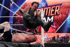 La pelea entre ambos fue muy entretenida, y uno de los momentos más recordados fue cuando Lesnar castigó a Undertaker aventándolo contra la mesa de los comentaristas. Foto:WWE. Imagen Por: