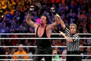 Sin embargo, después de haber sido proclamado ganador, Undertaker se desplomó. Foto:WWE. Imagen Por:
