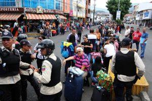"""""""Las mafias paramilitares tienen muchos intereses económicos y atacan a esta hora. Lanzan panfletos contra el Ejército venezolano"""" Foto:AFP. Imagen Por:"""