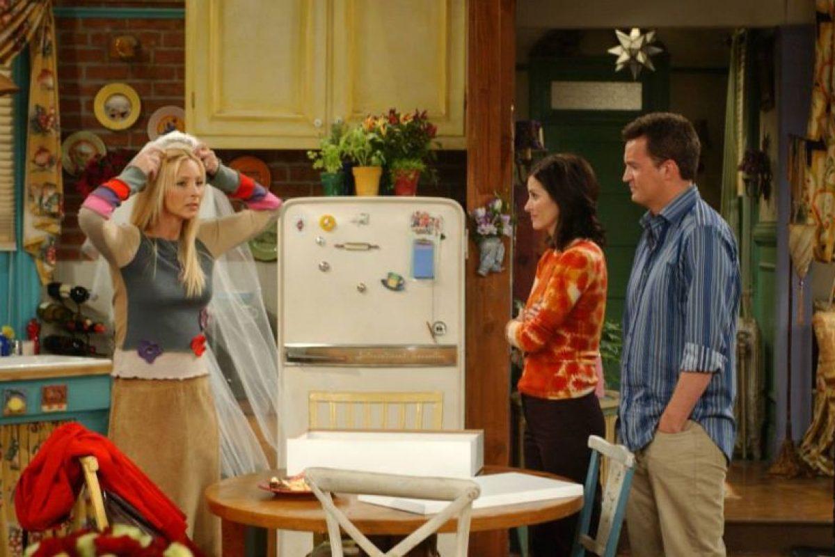 """En un momento de este final alternativo, """"Phoebe"""" se encuentra con su reflejo mientras pasa por la ventana de la tienda de muebles """"Ursula"""". Foto:vía facebook.com/friends.tv. Imagen Por:"""