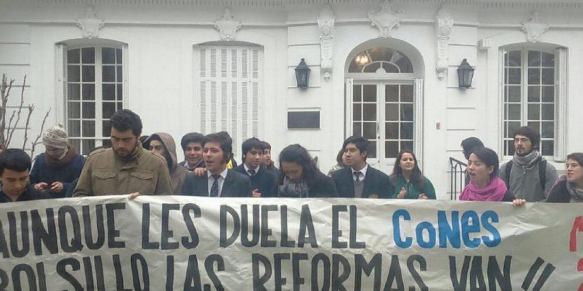 """Estudiantes se """"toman"""" la sede de la Cámara de Producción y el Comercio"""