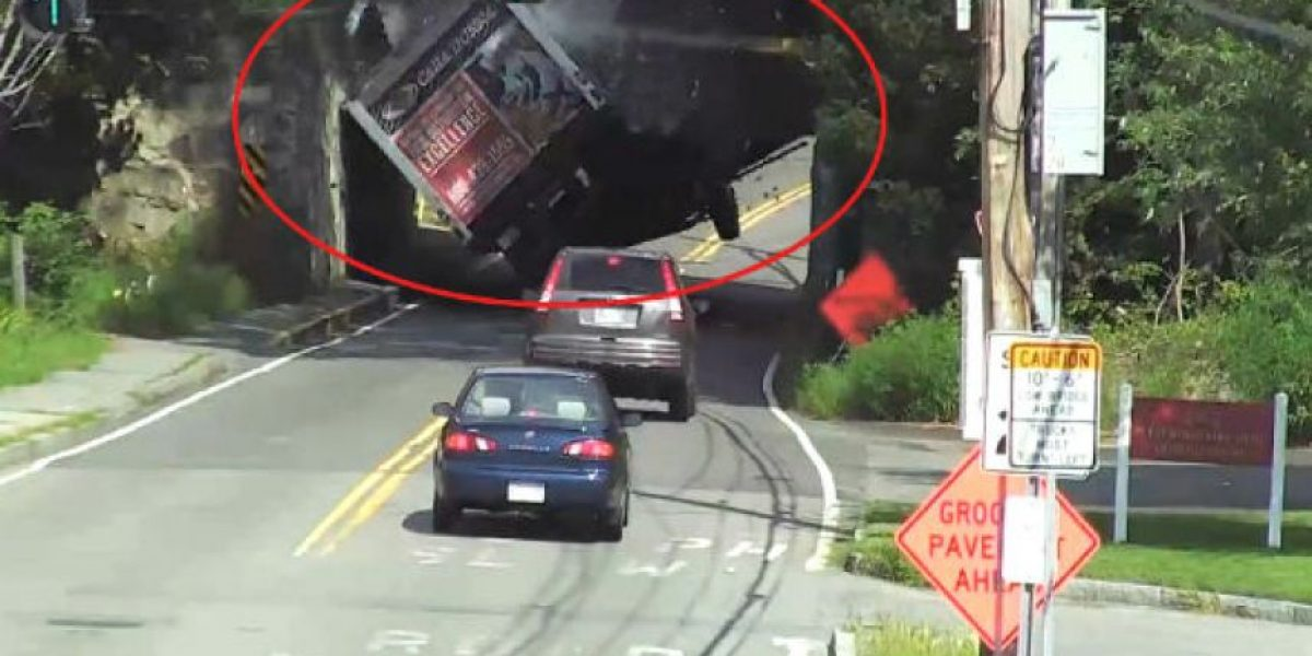 Video: Impactante momento en el que camión choca con un puente