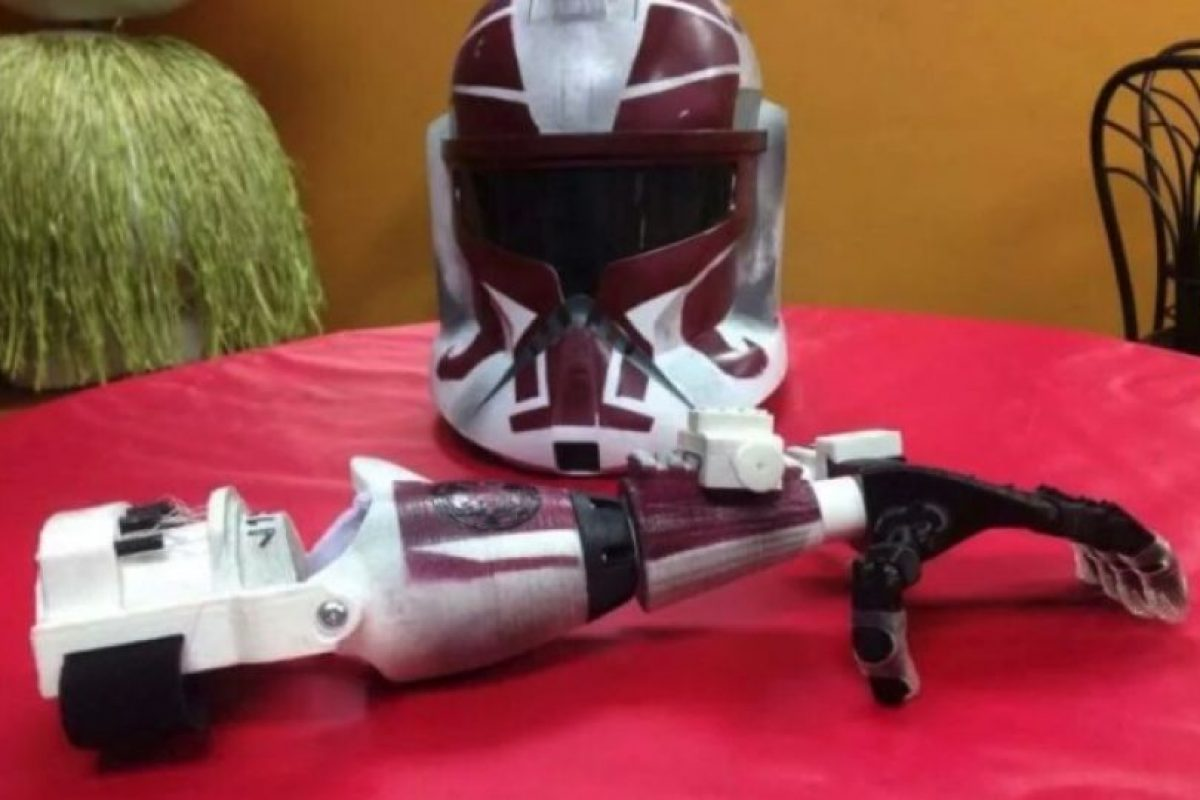 La misma empresa también regaló un brazo y un casco de Stormstropper Foto:Facebook/E-Nable. Imagen Por: