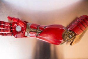 "Este brazo se lo regaló Robert Downey Jr. como ""Tony Stark"" a un niño Foto:Facebook/ Limbitless Solutions. Imagen Por:"