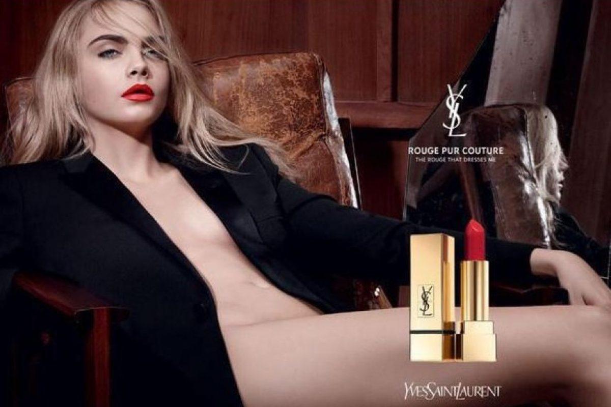 El punto de la fotografía es destacar el intenso color del lápiz labial que Cara utiliza. Foto:Instagram/yslbeauty. Imagen Por: