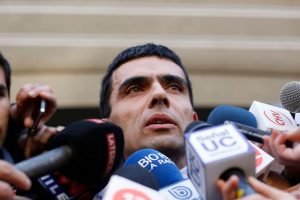 En esta foto, el fiscal Gajardo habla con los ágiles de la prensa Foto:Agencia Uno. Imagen Por: