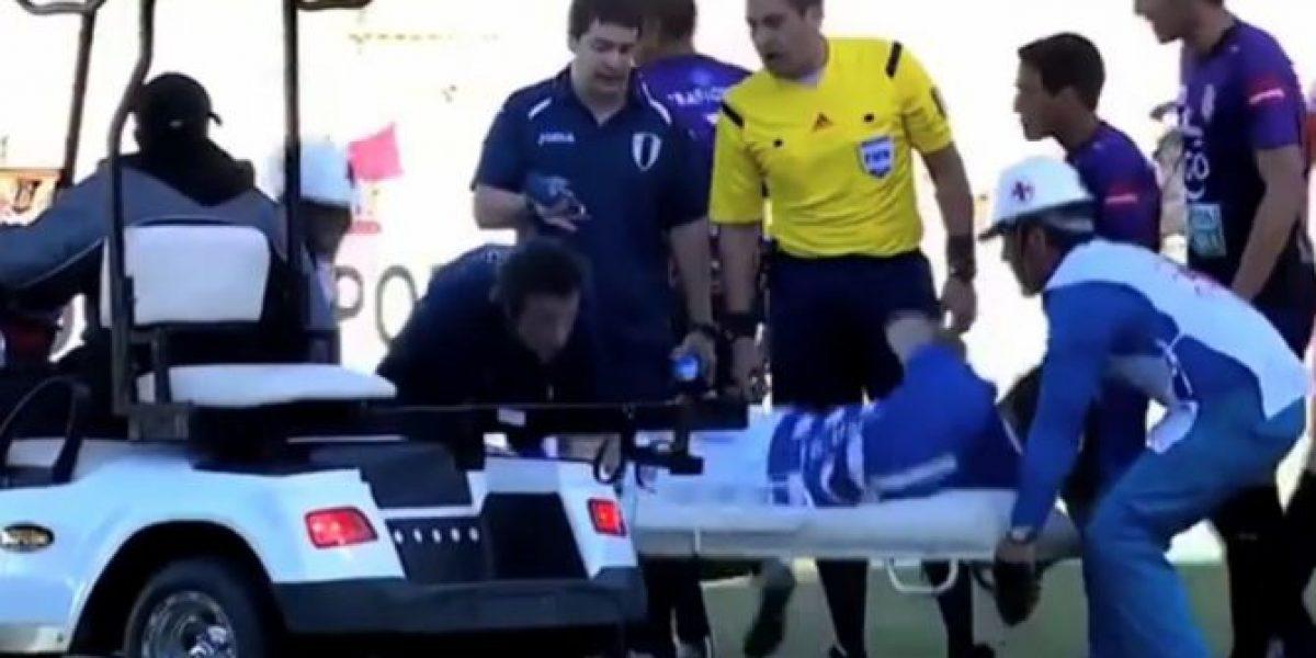 Ridículo: futbolista hace tiempo de la manera más absurda posible
