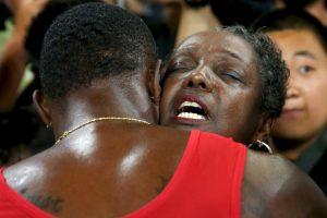 Gatlin abrazó a su mamá al final de la carrera Foto:Getty Images. Imagen Por: