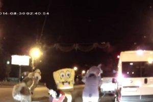 """""""Mickey Mouse, Bob Esponja y sus amigos contra un automovilista"""" Foto:You Tube – Archivo. Imagen Por:"""