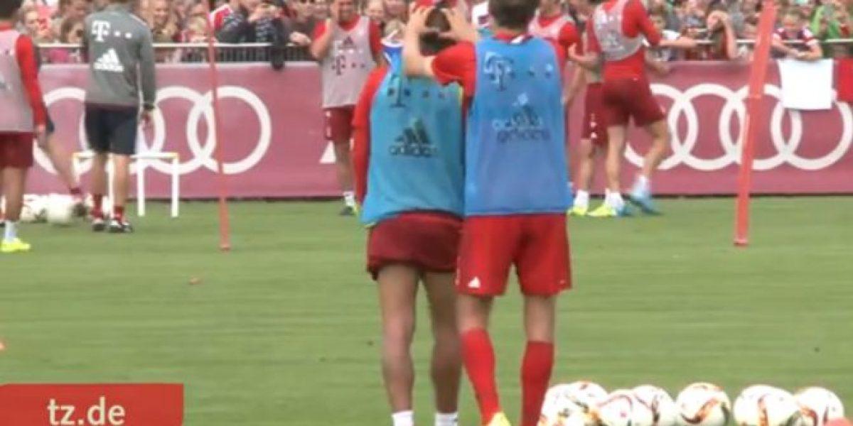 ¡Así lo cuidan! Compañero masajea a Vidal durante práctica del Bayern Munich