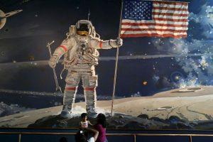 El comandante Neil Armstrong fue el primer ser humano que pisó la superficie de nuestro satélite, el 21 de julio de 1969. Foto:Getty Images. Imagen Por: