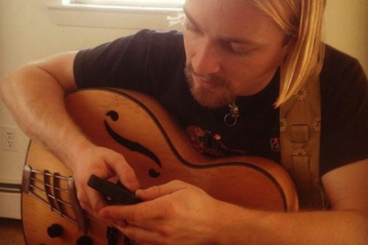 Él es músico y enseña a tocar la guitarra. Foto:Vía Instagram/#Profeguapo. Imagen Por: