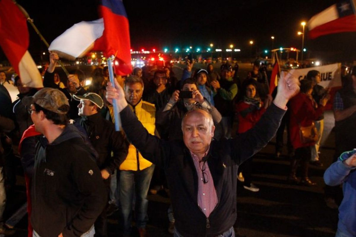 José Villagrán, de la CNTC, recibió el apoyo de varios ciudadanos antes de partir a Santiago Foto:Agencia Uno. Imagen Por: