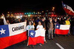 Los camioneros vienen desde Temuco y han recibido el apoyo de algunos ciudadanos Foto:Agencia Uno. Imagen Por:
