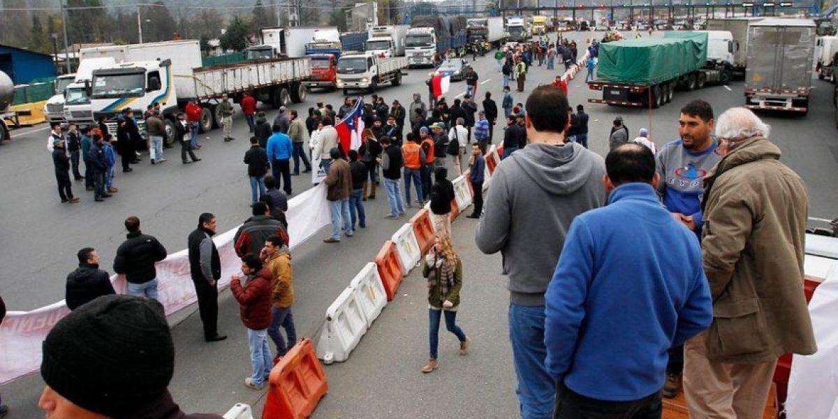 Pasajeros de buses deciden caminar a Santiago tras bloqueo en Angostura