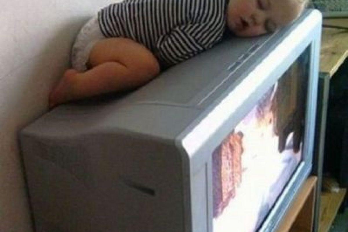 ¿Qué hace ese bebé dormido sobre el televisor? Foto:Imgur. Imagen Por: