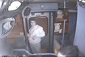 Pablo Ignacio Riquelme: Intentó robar un autobús y lo detuvo una puerta Foto:YouTube – Archivo. Imagen Por: