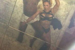 El boxeador borró la foto y publicó esta imagen con su novia oficial, Liza Hernández. Foto:vía instagram.com/floydmayweather. Imagen Por: