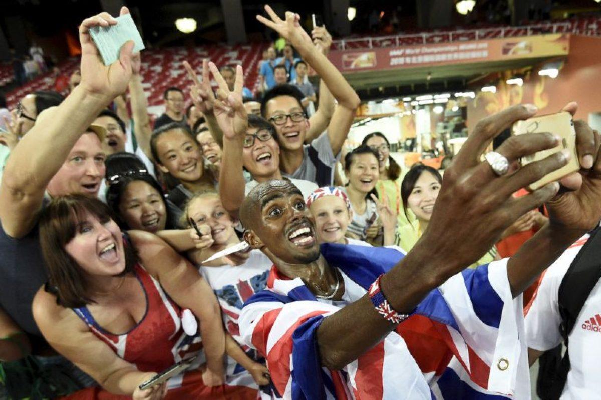 Mo Fa posa con fanáticos al ganar la final de 10 mil metros de atletismo en el Campeonato Mundial de la IAAF 2015. Foto:AFP. Imagen Por: