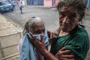 Una anciana es protegida mientras se fumiga contra el dengue en Nicaragua. Foto:AFP. Imagen Por: