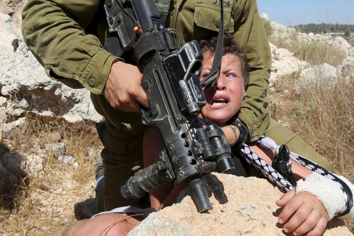 Soldado israelí controla a niño palestino. Foto:AFP. Imagen Por: