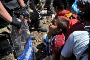 Migrantes en la frontera de Grecia y Macedonia. Foto:AFP. Imagen Por: