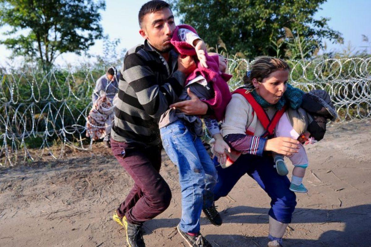 Migrantes corren en la frontera de Hungría y Serbia. Foto:AFP. Imagen Por: