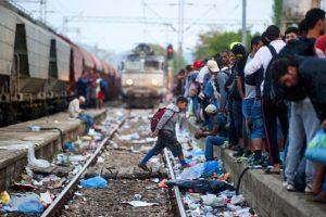 Migrantes en estación del tren en Macedonia. Foto:AFP. Imagen Por: