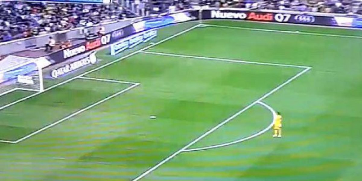 ¡Se salvó! Casi le anotan un gol de mitad de cancha a Claudio Bravo