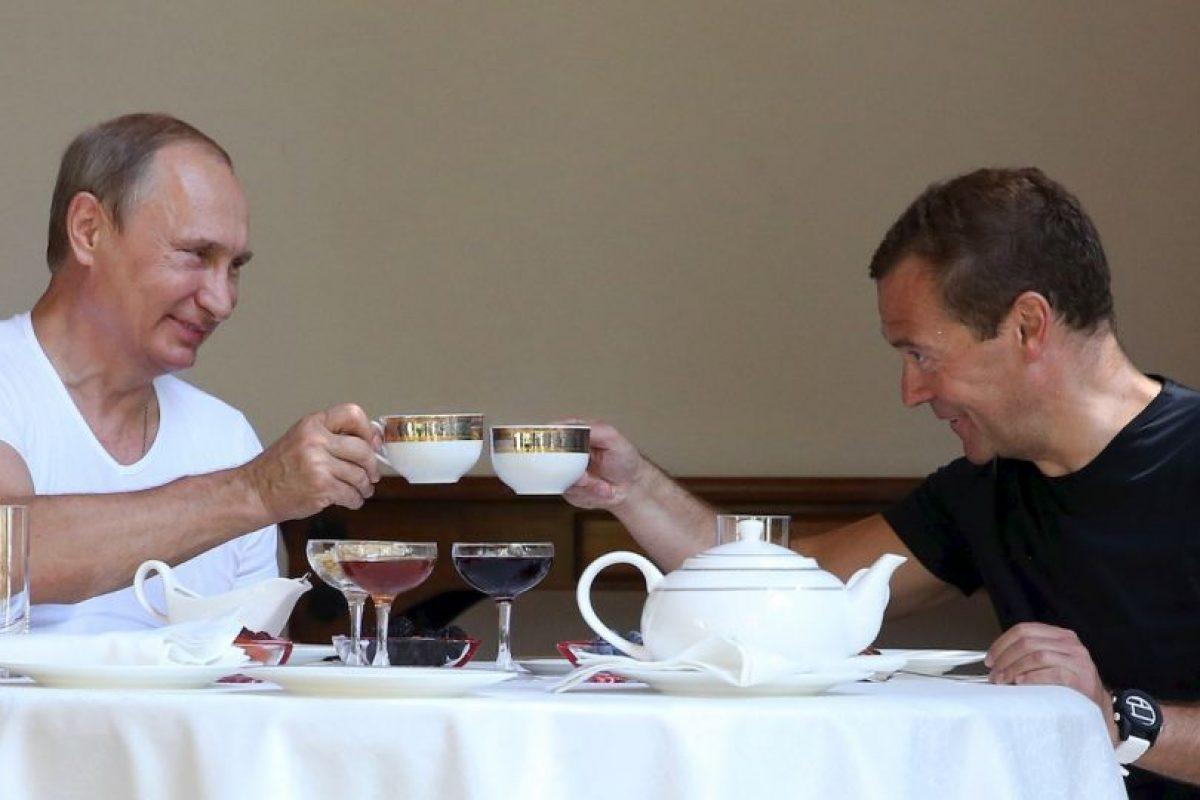 Después de su sesión ambos funcionarios se relajaron con una tasa de té. Foto:AFP. Imagen Por: