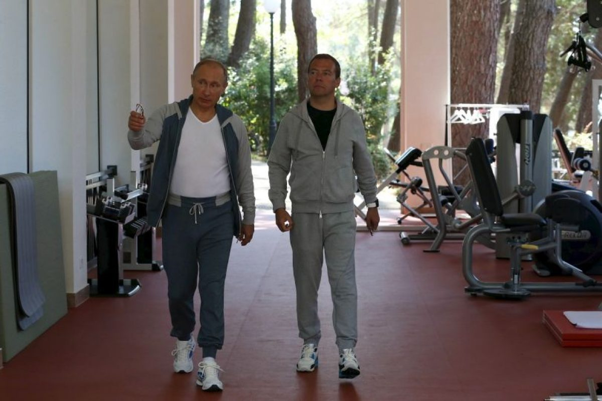 Vladimir Putin y Dmitry Medvedev tienen una breve charla antes de comenzar su entrenamiento. Foto:AFP. Imagen Por: