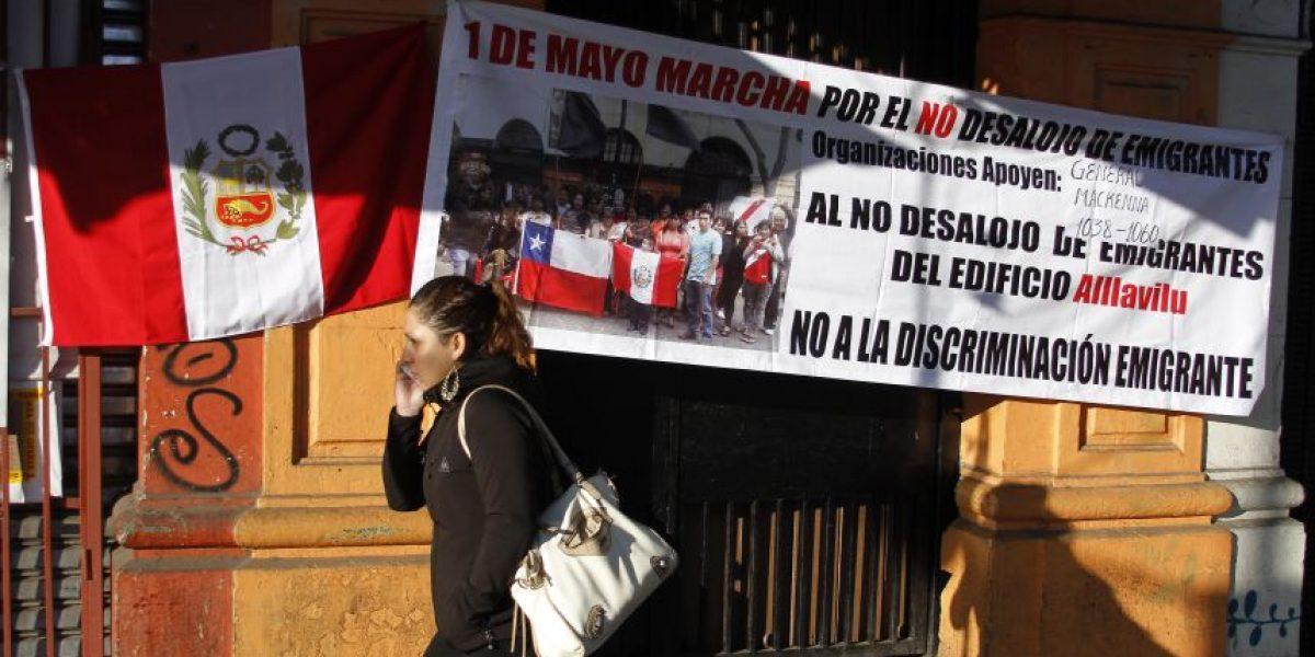Municipio desaloja a inmigrantes peruanos en centro de Santiago