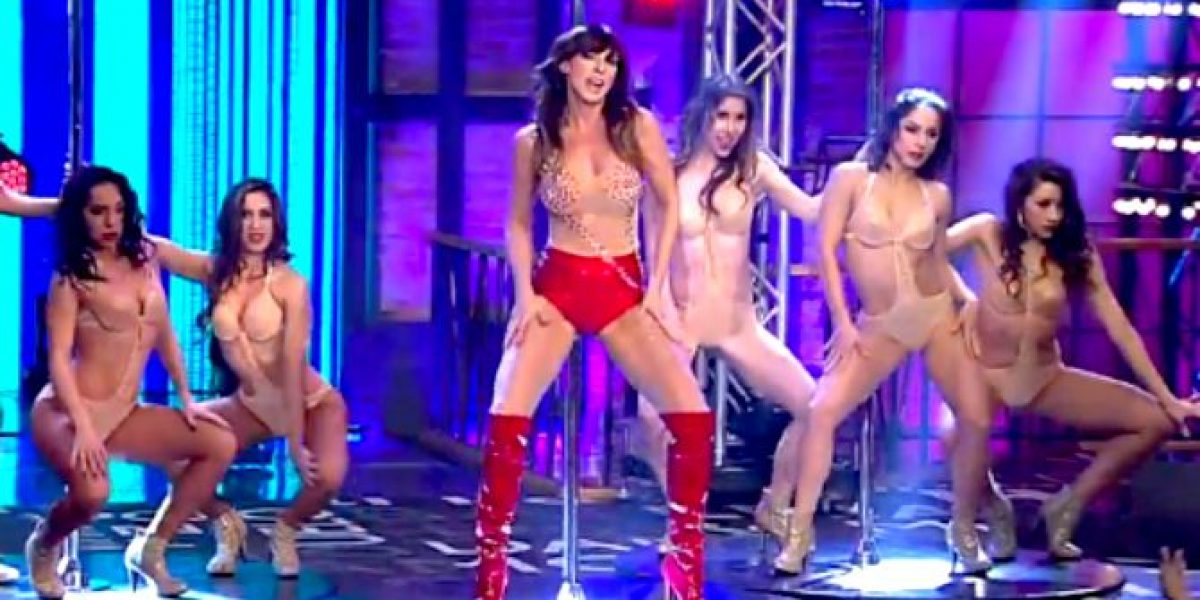 La sensual Andrea Dellacasa ¡Se subió al caño!