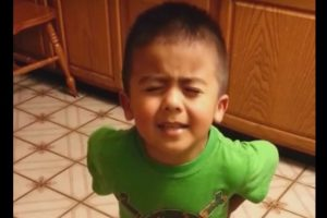 Mateo argumentando con su mamá Foto:Vía Youtube. Imagen Por: