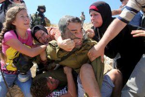 Trataban de quitarle al menor, pero poco podían hacer Foto:AFP. Imagen Por: