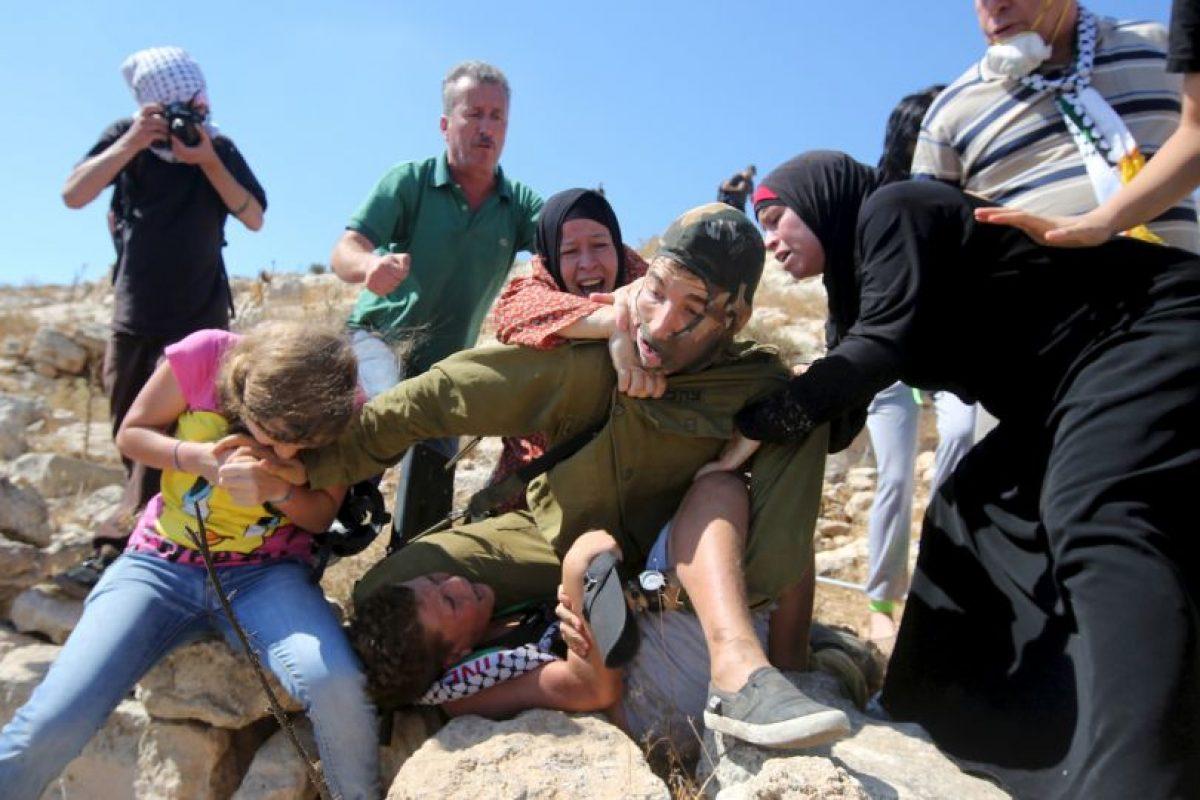 Las tres mujeres lucharon contra el soldado Foto:AFP. Imagen Por: