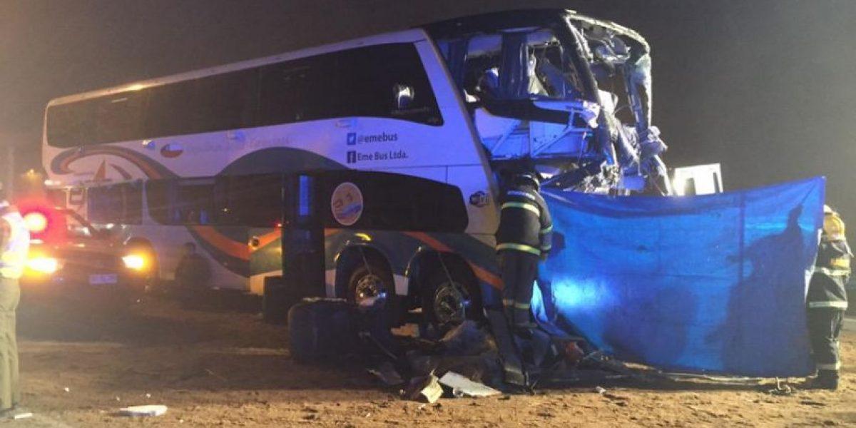 A dos aumentan los fallecidos tras choque de bus con camión en Chimbarongo
