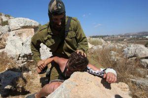 Fue detenido y acusado de arrojar piedras contra soldados israelíes Foto:AFP. Imagen Por:
