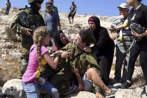 Hasta que llegó un comandante israelí y canceló la detención Foto:AP. Imagen Por: