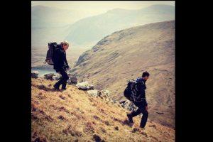 El objetivo es sobrevivir en la vida salvaje. Foto:Vía facebook.com/NBCRunningWild. Imagen Por: