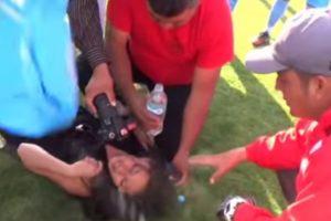 La periodista recibió golpes en el estómago y el tórax. Foto:YouTube. Imagen Por: